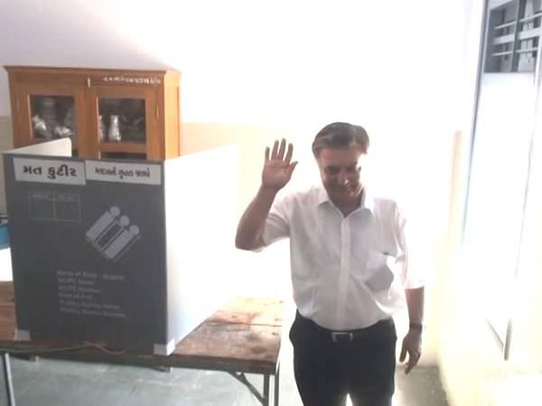 गुजरात: कांग्रेस नेता ने गुप्त मतदान के नियम की धज्जियां उड़ाईं, वोट डालकर दिखाया हाथ