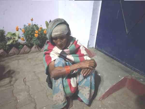 'कमरे का दरवाजा खुलवा दो, लेटना है' कांपते हुए चोटिल बुजुर्ग महिला आस लगाकर जमीन पर बैठी रही