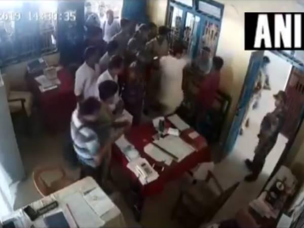VIDEO:त्रिपुरा कांग्रेस अध्यक्ष ने थाने में घुसकर शख्स को जड़ा थप्पड़