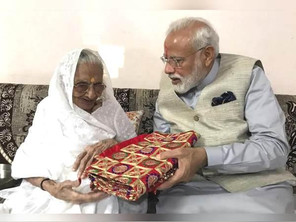 वोट डालने गुजरात आए PM मोदी तो मां ने ऐसे किया वेलकम, मिश्री खिलाकर लाल शॉल गिफ्ट की, तस्वीरें