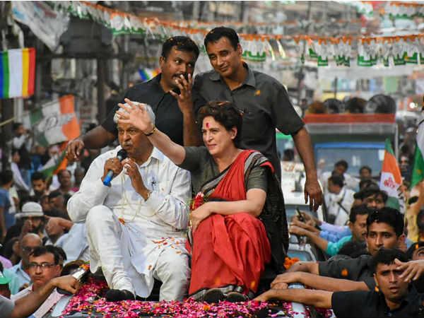 Lok Sabha Elections 2019: रोड शो में प्रियंका गांधी की गाड़ी से कुचलकर महिला सिपाही घायल
