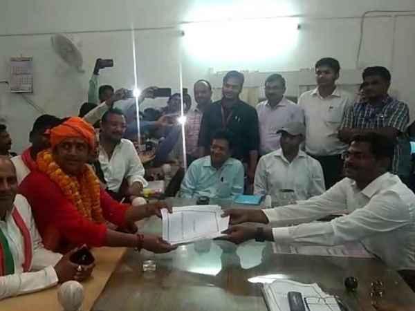 रवि किशन ने गोरखनाथ मंदिर में किया रुद्राभिषेक, भगवा रूप धारण कर किया नामांकन