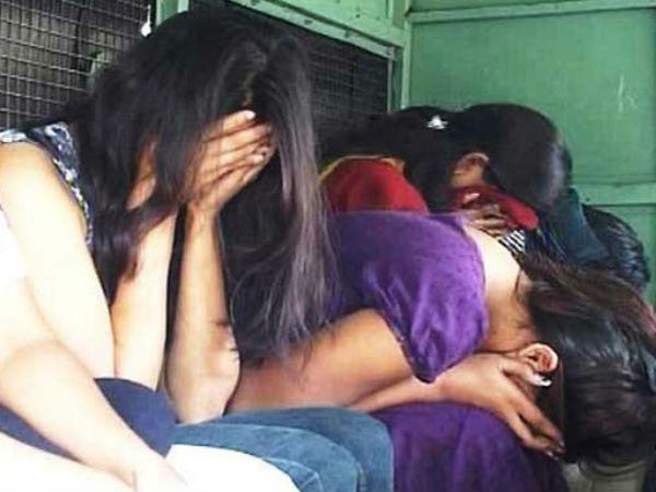 दिल्ली में पकड़ा गया सेक्स रैकेट, दिन में एक साथ आती थीं कॉलगर्ल्स, बिना फोन किए कस्टमर्स की नहीं थी एंट्री