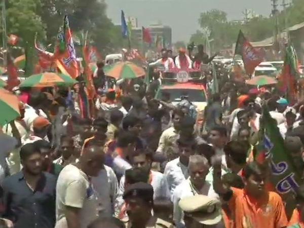गुजरात के अहमदाबाद में अमित शाह का रोड शो, लोगों की भारी भीड़