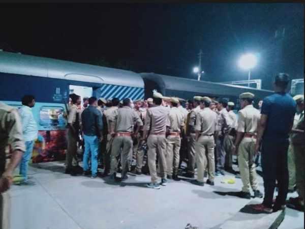 'इलाहाबाद से कानपुर आ रही ट्रेन में रखा है बम', ऐसा फोन आते ही GRP ने खाली कराई गाड़ी