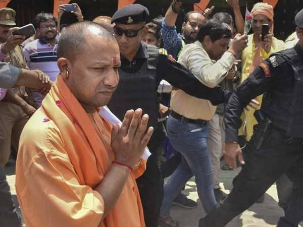 चुनाव आयोग के प्रतिबन्ध के बावजूद काशी पहुंचे सीएम योगी, संकट मोचन मंदिर में की पूजा