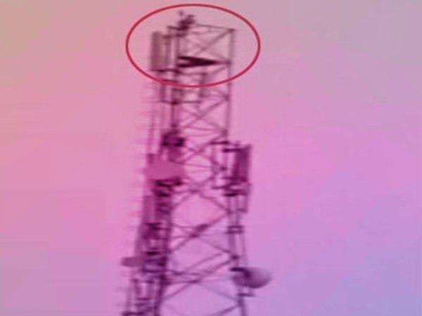 यूपी: टावर पर चढ़कर युवक ने किया हाइवोल्टेज ड्रामा, बोला- मोदी को बुलाओ वरना...