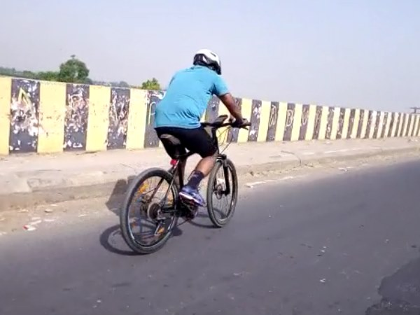 लोअर में साइकिल से जा रहे इस शख्स के पीछे चला पुलिस अमला