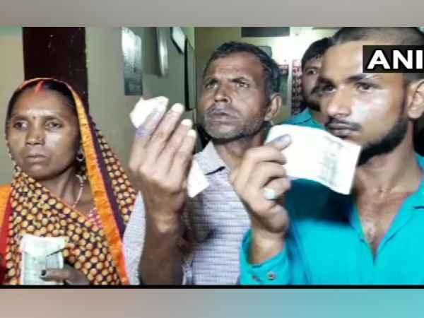 भाजपा को वोट देने से किया मना तो दलितों की उंगलियों पर लगा दी स्याही, पांच-पांच सौ रुपये भी दिए