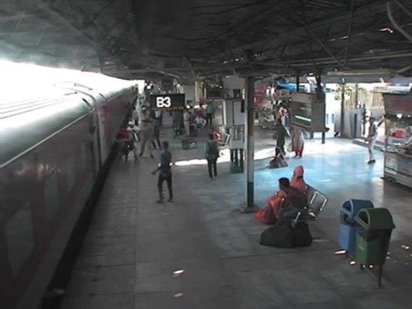 रेलवे स्टेशन पर युवती को छूकर निकल गई 'मौत', वीडियो देख कांप उठेगी रुह