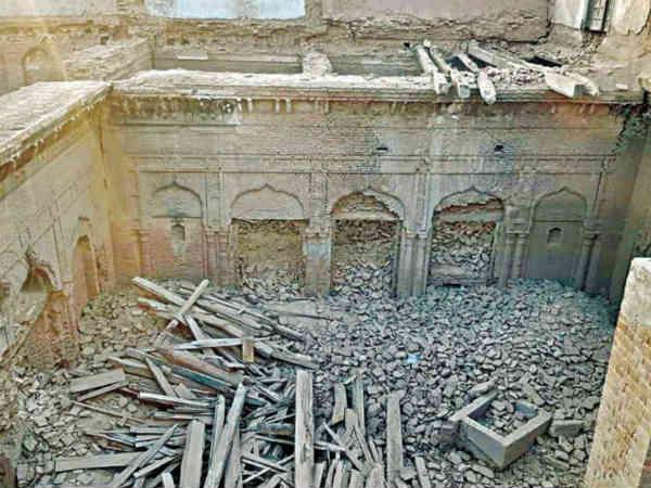 पाकिस्तान: पंजाब के नारोवाल में गुरु नानक पैलेस में तोड़फोड़, खिड़की और दरवाजे तक ले गए लोग
