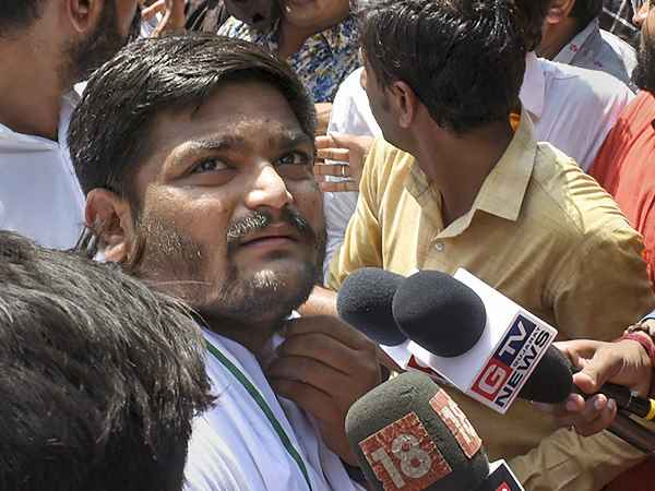 hardik patel demands resignation of mayor on surat fire