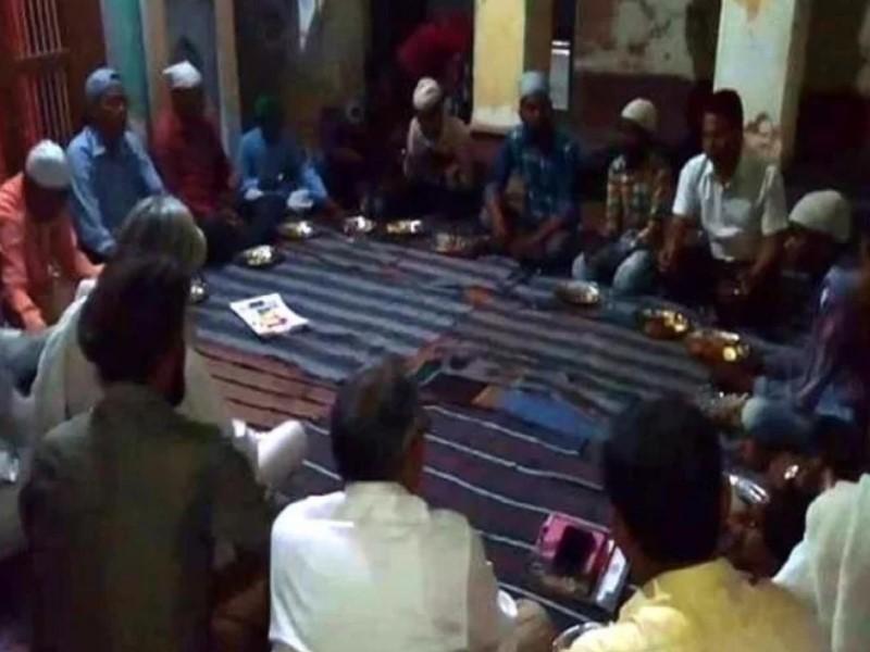अयोध्या के सीता-राम मंदिर परिसर में हुई इफ्तार पार्टी, संतों के साथ रोजदारों ने खोला रोजा