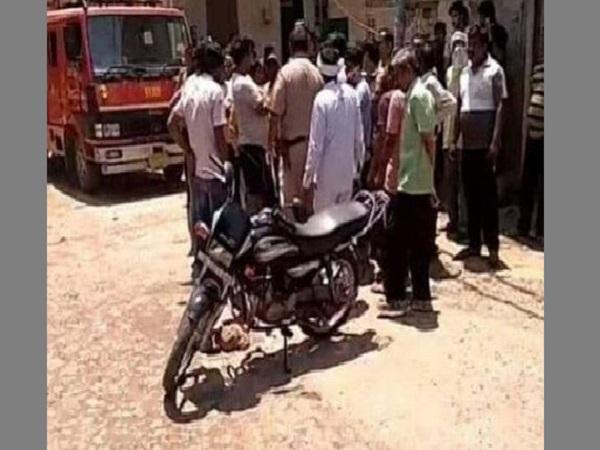 चलती बाइक पर हुआ सिलेंडर में ब्लास्ट, एक की मौत, दूसरा घायल