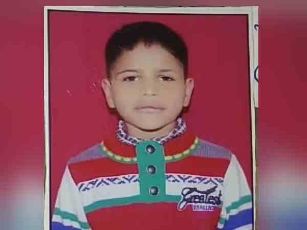 बेटे को अकेला छोड़ बाजार गए मां-बाप, पड़ोसी ने मामूली बात पर हत्या कर चौखट पर लटका दिया
