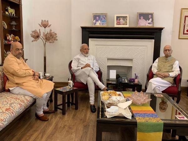 पीएम मोदी ने आडवाणी के घर जाकर लिया आशीर्वाद, 30 मई को लेंगे प्रधानमंत्री पद की शपथ