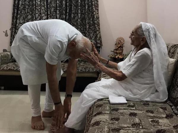 गुजरात पहुंच मां हीराबेन से मिले नरेंद्र मोदी, शपथ समारोह से पहले लिया आशीर्वाद