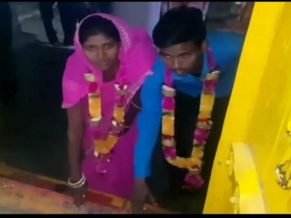 VIDEO : जब आधी रात को पुलिस ने प्रेमी-प्रेमिका की करवा दी शादी, लोग बोले-'पहली बार देखा ऐसा विवाह'