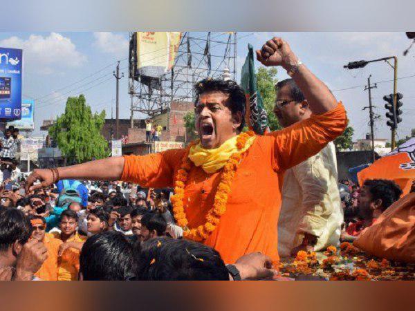 'जिंदगी झंडवा, महागठबंधन का मुंह बंदवा', गोरखपुर में जीत की खुशी मना रहे हैं रवि किशन