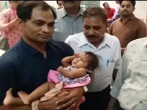 4 माह की बेटी को तपती धूप में लावारिस छोड़ गई मां, CCTV कैमरे के फुटेज देख दंग रहे लोग