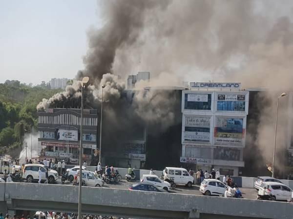 Surat Fire: मृतक छात्रों के परिवार को रूपाणी सरकार देगी 4-4 लाख रुपए की आर्थिक मदद