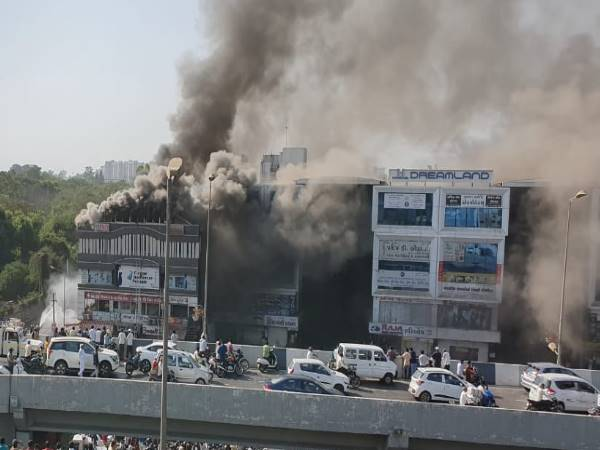 Surat Fire: मृतक बच्चों के परिवार को रूपाणी सरकार देगी 4-4 लाख रुपए की आर्थिक मदद