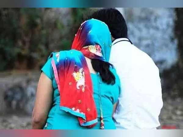बीवी-बेटी को घर पर छोड़ छात्रा के साथ भाग गया मास्टर, शादी के 11 साल बाद धोखा खाई पत्नी पहुंची थाने