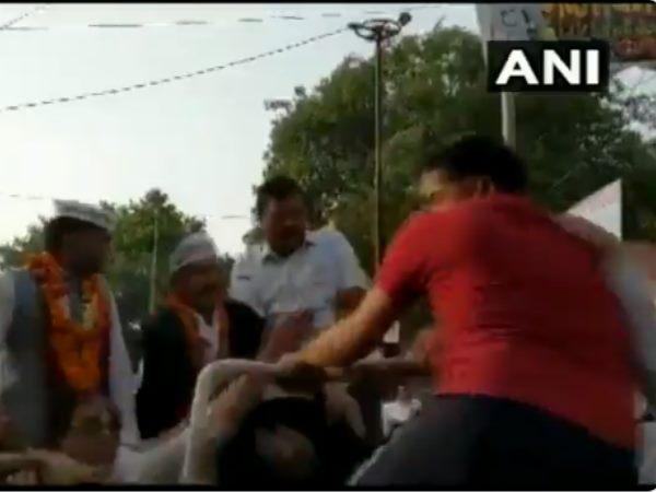 <strong>ये भी पढ़ें- रोड शो कर रहे अरविंद केजरीवाल को जीप पर चढ़कर थप्पड़ मारा</strong>