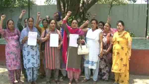anganwadi workers protesting against punjab government