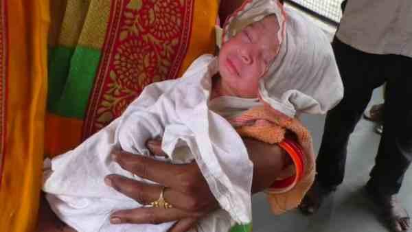 Image result for बच्ची को एक बैग में डाल कर