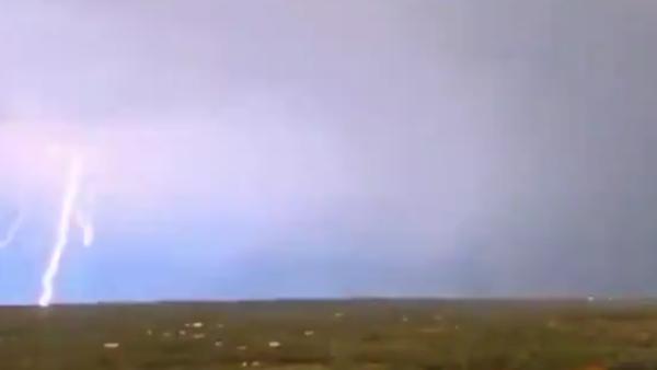 <strong>इसे भी पढ़ें:- तेज तूफान के बीच बिजली कड़कने का स्लो मोशन VIDEO हुआ वायरल </strong>