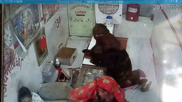 woman theif under the burkha theft lakhs of jewellery from the shop