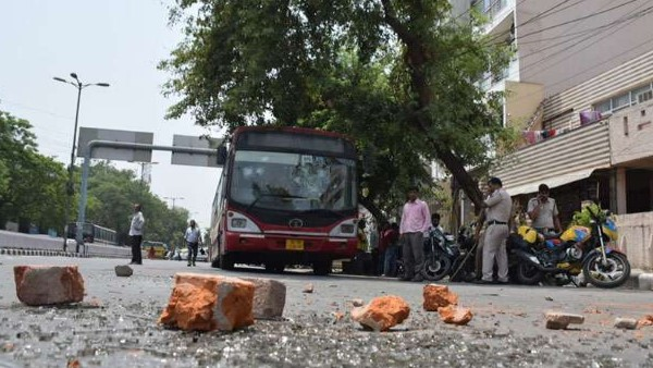 <strong>नमाज़ पढ़ रहे लोगों पर टूटा तेज रफ्तार कार का कहर, 17 लोग घायल</strong>