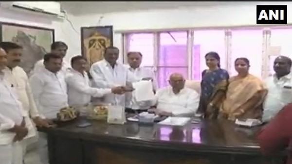 12 congress party MLAs meet Telangana Assembly Speaker, seeking a merger with TRS
