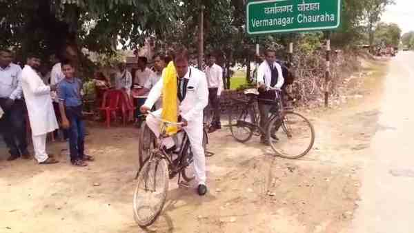 groom and baraati reached the bride home by cycle
