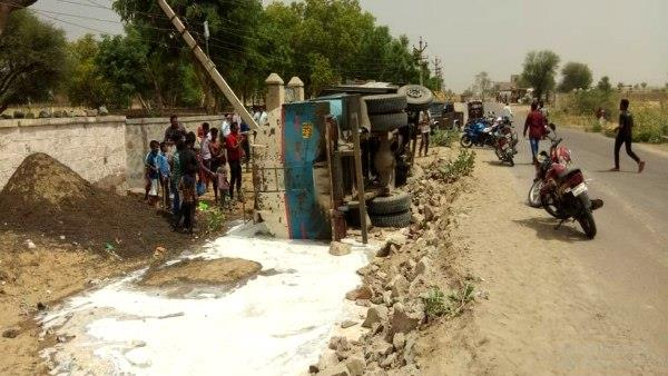 Milk Tanker overturned in Bissau Jhunjhunu After Ghee Tanker Sikar Accident