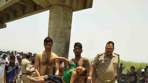 UP police jawan endless efforts to save drowning children