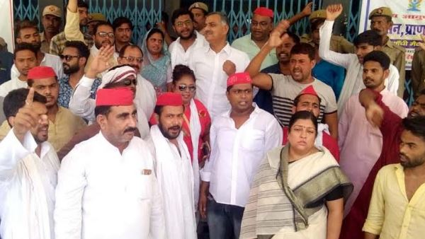 samajwadi party workers protest against Jharkhand mob lynching