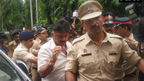 यह पढ़ें: #KarnatakaCrisis: रूठे विधायकों को मनाने मुंबई पहुंचे कांग्रेस के 'संकटमोचक' शिवकुमार लेकिन पुलिस बोली No Entry