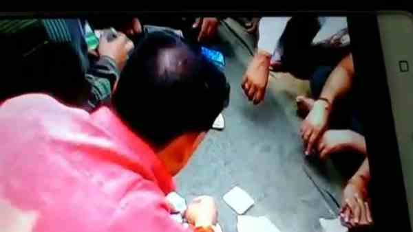 prisoners openly gamble while policeman took bribe