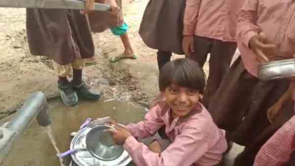 students of primary school were forced to wash utensils
