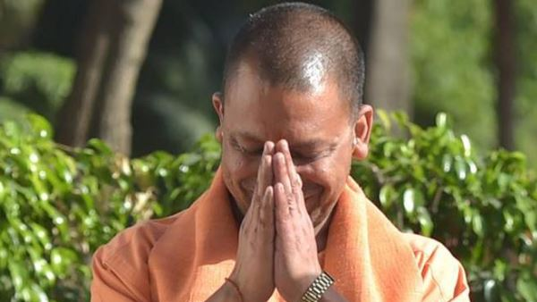 cm yogi adityanath offers 2.5 kg gold crown to lord hanuman