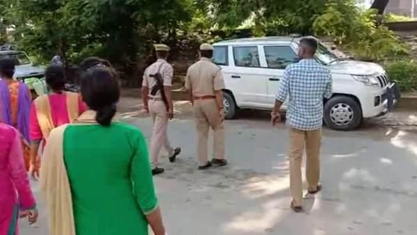 <strong>ये भी पढ़ें-एंटी रोमियो टीम ने स्कूल के बाहर छात्राओं से छेड़खानी कर रहे 5 शोहदों को पकड़ा, भाग गए बाकी</strong>