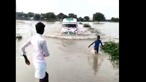 VIDEO: 12 साल के बच्चे ने जान की परवाह किए बगैर बाढ़ में फंसी एम्बुलेंस को ऐसे दिखाया रास्ता