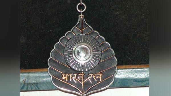 <strong>ये भी पढ़ें- जानिए, 'भारत रत्न' पुरस्कार के साथ मिलती हैं कौन-कौन सी सुविधाएं</strong>