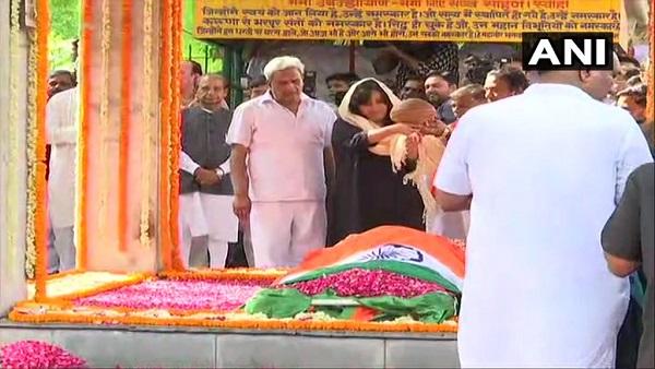पंचतत्व में विलीन हुईं सुषमा स्वराज, बेटी बांसुरी ने पूरी की अंतिम संस्कार की रस्म