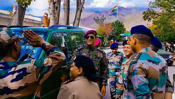 <strong>Video: लद्दाख में लेफ्टिनेंट कर्नल धोनी ने सेना के साथ मनाया आजादी का जश्न</strong>