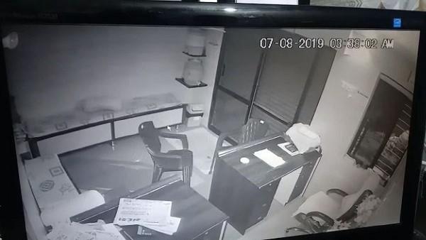 पढ़ें: गुजरात में रात को मार्केटिंग यार्ड में घुसे चोर, लूटीं एक दर्जन दुकानें, सीसीटीवी फुटेज आया सामने