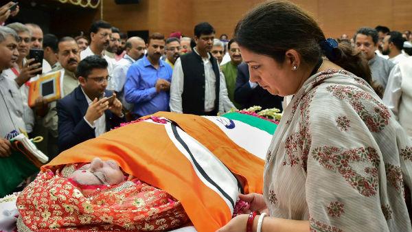 यह पढ़ें: अपनी 'वेलेंटाइन' सुषमा स्वराज के लिए स्मृति ने लिखा Blog,कहा-अपने बगल में मेरे लिए भी जगह रखिएगा