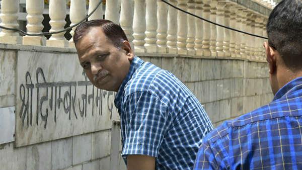 <strong> दिल्ली में केजरीवाल के मंत्री को लोगों ने कार में किया बंद, पुलों का शिलान्यास करने गए थे</strong>